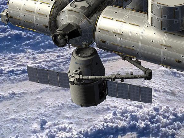 Cánh tay máy của ISS tóm tàu Dragon hôm 25/5 trước khi hai vật thể ghép nối.