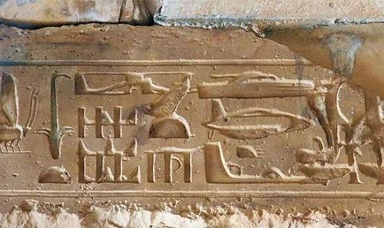 Hình ảnh được cho là vẽ lại trực thăng và tàu ngầm của người Ai Cập cổ.