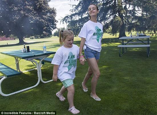 Bé Ali đi bộ cùng chị gái của mình