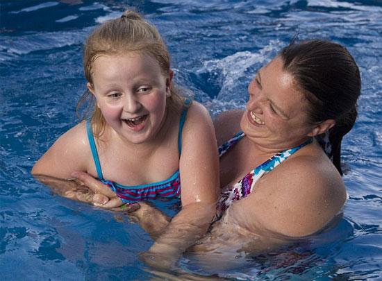 Bé Ali bơi cùng mẹ, Angela