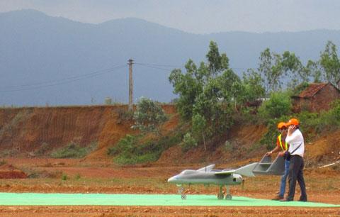 Máy bay không người lái do Việt Nam chế tạo chuẩn bị cho việc cất cánh.