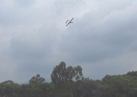 Máy bay không người lái cất cánh trên bầu trời.