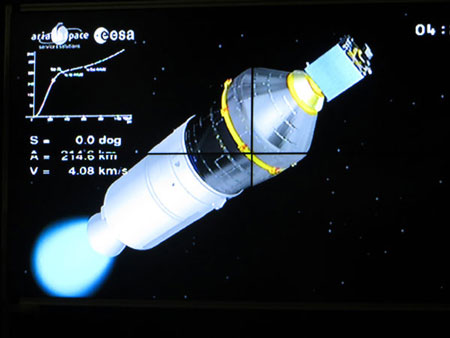 Vệ tinh VNREDSat-1 được lắp ở trên đầu (bên phải)