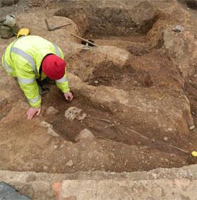 Phát hiện nguyên cả một nghĩa trang La Mã cổ đại dưới bãi đỗ xe