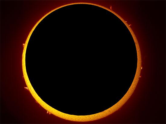 Khi có nhật thực vành khuyên, mặt trời trông giống như chiếc nhẫn.