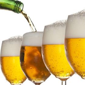 Vì sao bia rót ra cốc ngon hơn uống từ lon?
