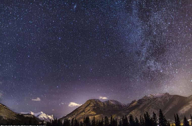 Bầu trời đêm ở ngọn núi Rocky đầy sao và mỗi ngôi sao phát sáng theo cách riêng của chúng.