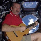 Phi hành gia quay clip ca nhạc đầu tiên trên vũ trụ