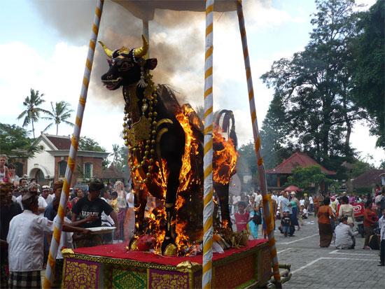 Thủ tục thiêu đốt của người Bali
