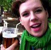 Người phụ nữ uống bia bằng tai