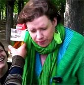 Video: Người phụ nữ uống bia bằng tai