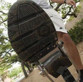 Sinh viên Mỹ chế tạo thành công giày phát điện năng