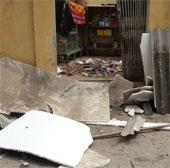 Lốc xoáy làm hư hại hàng chục ngôi nhà ở Hà Nội