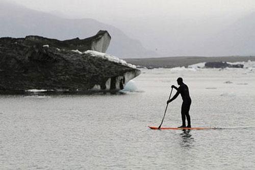 Tro bụi núi lửa nhuộm đen sông băng Vatnajokull