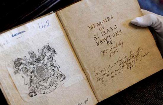"""Tài liệu về khoảnh khắc Newton phát hiện ra thuyết """"Vạn vật hấp dẫn"""" trong cuốn sách về các nhà khoa học vĩ đại được lưu giữ tại Hội Hoàng Gia."""