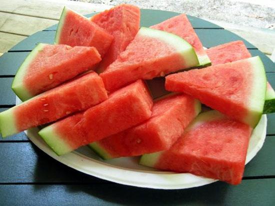 Không nên ăn dưa hấu lạnh