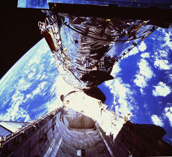 Tàu con thoi Discovery đem vào vũ trụ kính thiên văn nổi tiếng nhất thế giới Hubble Space Telescope