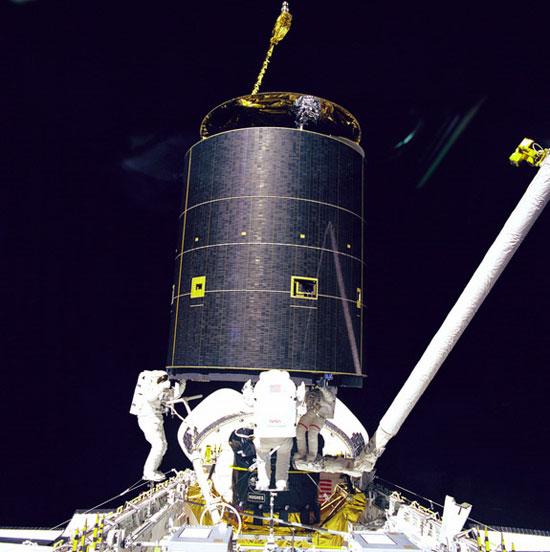 3 nhà du hành vũ trụ bay vào vũ trụ, thực hiện chuyến đi bộ đầu tiên theo sứ mệnh của tàu con thoi Endeavour