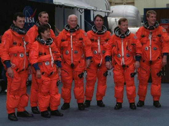 Tàu con thoi Discovery đưa thượng nghị sĩ Mỹ John Glenn (70 tuổi) vào vũ trụ