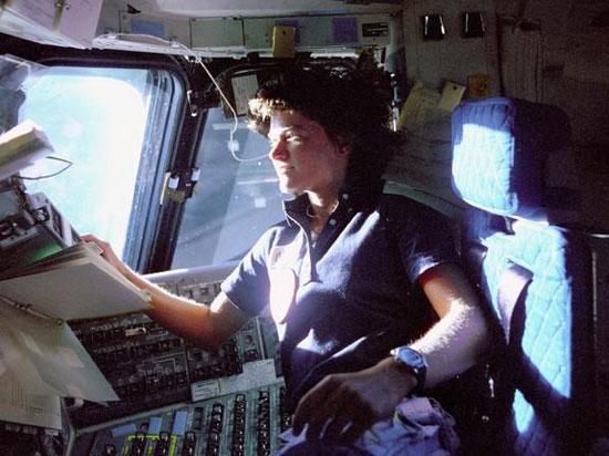 Sally Ride thuộc phi hành đoàn thực hiện nhiệm vụ STS-7 của tàu con thoi Challenge
