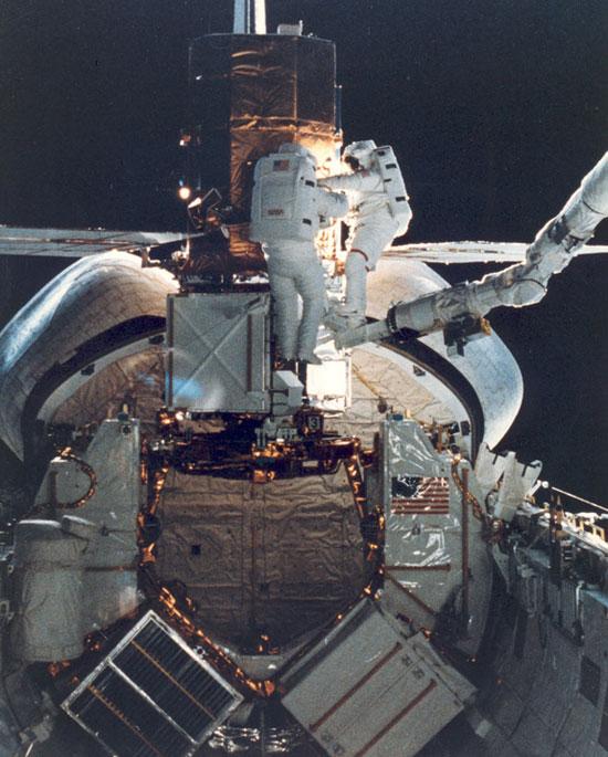 Tàu con thoi Challenger bay vào vũ trụ để sửa vệ tinh năng lượng mặt trời