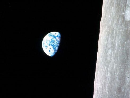 """Bức ảnh màu đầu tiên """"Trái đất mọc"""