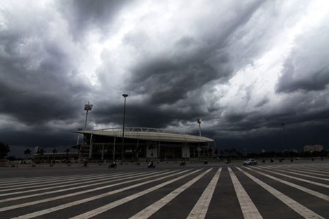 Hãi hùng cảnh mây đen vần vũ trên bầu trời Hà Nội