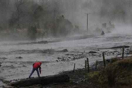 """Núi lửa Chile khiến sông """"bốc khói"""""""