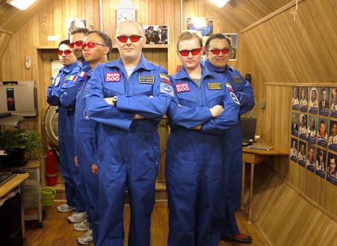 6 phi hành gia lần đầu tiên xuất hiện sau một năm sống cô lập trong khoang thí nghiệm giả lập hành trình 500 ngày tới sao Hỏa Mars500