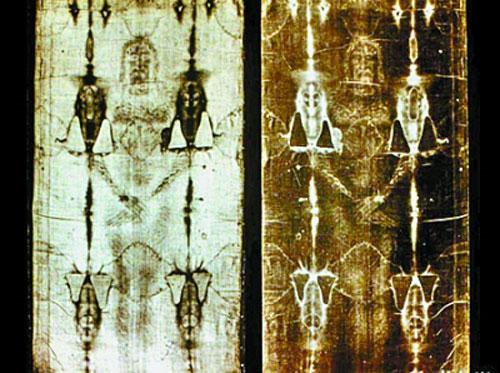Đây là tấm vải lanh in hình hương mặt của một người đàn ông có nhiều vết thương trông giống bức vẽ Chúa Jesus bị đóng đinh trên thánh giá