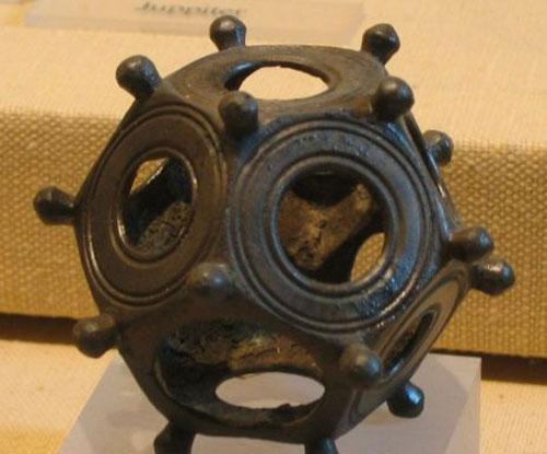 Một vật dụng với hình thù kỳ dị cũng được làm từ đồng