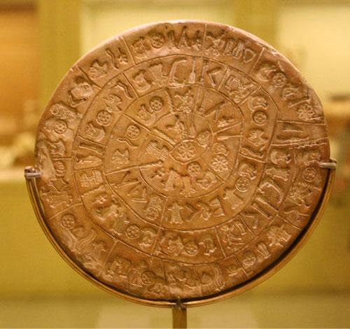 Một chiếc đĩa tròn được làm từ đất sét có niên đại cách đây hơn 2000 năm