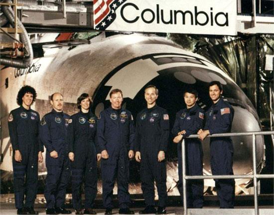 Trịnh Hữu Châu thứ 2 từ trái sang cùng phi hành đoàn tàu Columbia STS - 50
