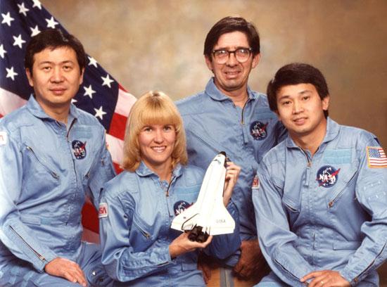 Eugene Trịnh và một vài thành viên của phi hành đoàn Columbia lịch sử năm 1992