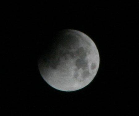 """Ngắm Trái Đất """"nuốt"""" Mặt Trăng trong Nguyệt thực dài kỷ lục"""