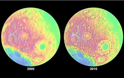 Bản đồ cho thấy dữ liệu độ cao trên bề mặt lồi lõm của mặt trăng từ một cuộc khảo sát 2005 (trái) so với dữ liệu mới nhận được từ tàu vũ trụ trinh sát quỹ đạo mặt trăng của NASA (bên phải).