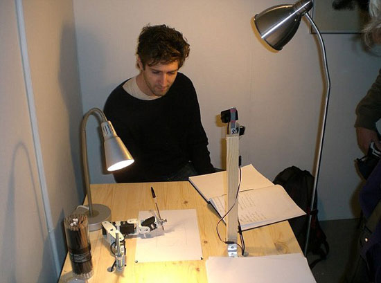 Cánh tay robot bắt tay vào việc vẽ phác thảo một khuôn mặt dựa trên tài năng của họa sĩ Tresset.