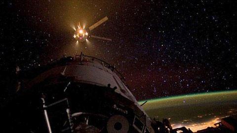 Bức ảnh của NASA chụp cảnh tàu Dragon áp sát trạm ISS đêm thứ Ba tuần trước