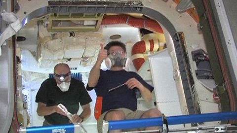 Phi hành gia Don Pettit của NASA ra dấu hiệu thành công khi Dragon đấu nối thành công với ISS.