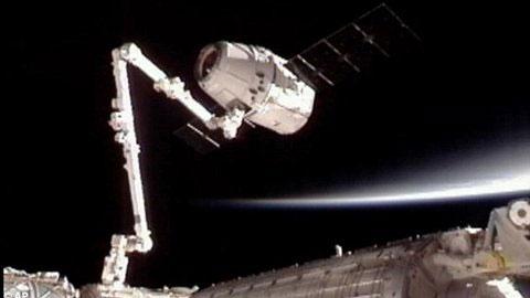 """Trạm ISS sử dụng cánh tay máy robot để """"chộp"""" lấy tàu Dragon, phục vụ cho việc kết nối."""