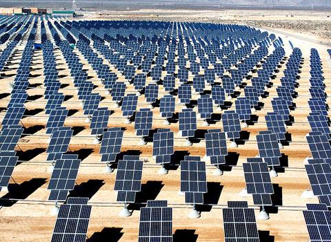 Công ty TNHH Intel Products Việt Nam ở Khu Công nghệ cao TP HCM đã khánh thành và đưa vào sử dụng hệ thống năng lượng mặt trời lớn nhất tại Việt Nam vào ngày 23/4/2012. Intel đã đầu tư khoảng 1,1 triệu USD vào hệ thống năng lượng điện mặt trời, còn gọi là năng lượng sạch và xanh. Đây là hệ thống điện mặt trời lớn nhất tại Việt Nam và cũng là hệ thống điện mặt trời đầu tiên của Intel tại châu Á.  Hệ thống điện mặt trời tại Công ty Intel Việt Nam hoạt động trên tổng diện tích 3.270m2, được làm từ 1.092 tấm pin năng lượng mặt trời cùng 21 bộ biến điện được kết nối với nhau bởi hơn 10.000m dây cáp DC, 4.000m dây cáp chịu lực và 50.000kg ba-lat. Ảnh minh họa một nhà máy năng lượng mặt trời. (Ảnh: Wikipedia)