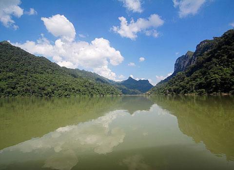 Hồ nước ngọt tự nhiên trên núi đá vôi độc đáo nhất Việt Nam - Hồ Ba Bể. Hồ được tạo ra trên nền lục địa cổ, hình thành từ cách đây hơn 2,6 tỷ năm. Đây là hồ nước ngọt thiên nhiên lớn nhất Việt Nam. Giá trị lớn nhất của hồ Ba Bể là cảnh quan độc đáo, giá trị nổi bật về địa chất địa mạo và giá trị to lớn về đa dạng sinh học.  Cuối năm 2004, Vườn Quốc gia Ba Bể được công nhận là Vườn di sản Asean. Năm 2011, hồ Ba Bể được ban thư ký công ước Ramsar công nhận là khu Ramsar (vùng đất ngập nước có tầm quan trọng quốc tế) thứ 1938 của thế giới Ramsar và là khu Ramsar thứ ba của Việt Nam.
