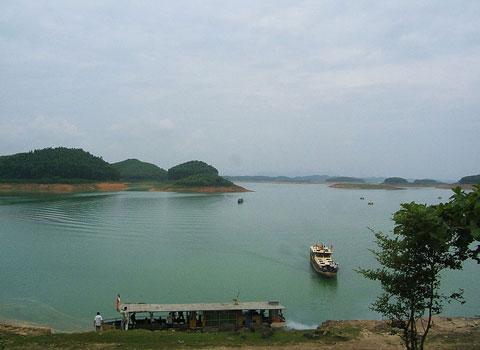 Hồ Thác Bà, hồ nhân tạo lớn nhất Việt Nam. Hồ cách Hà Nội 180km về phía tây, thuộc tỉnh Yên Bái, là hồ nước nhân tạo, tích nước cho nhà máy thủy điện Thác Bà để phát điện và chống lũ lụt, hạn hán cho đồng bằng Bắc Bộ. Diện tích hồ 240km2, dung tích 2.900.000.000m3 nước, có hơn 1.300 hòn đảo nằm trên mặt hồ (trước đây các đảo này là những quả đồi). Hồ Thác Bà được ví như Vịnh Hạ Long trên miền sơn cước, được công nhận là quần thể di tích lịch sử văn hóa cấp quốc gia từ năm 1996. (Ảnh: Wikipedia)