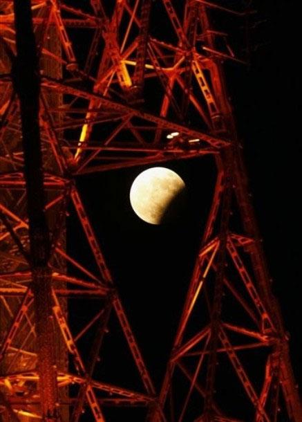 Nguyệt thực một phần nhìn qua tháp truyền hình Sapporo, Nhật Bản.