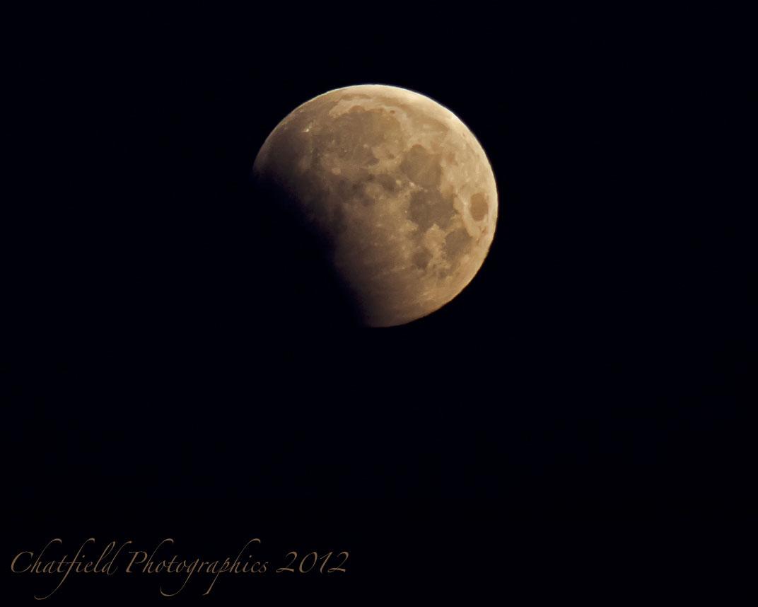 Mặt trăng bị bóng Trái đất che khuất một phần trên bầu trời Saskatoon, SK, Canada.