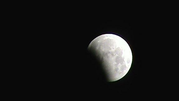 Mặt trăng bị che khuất một phần ở Billings, Montana, Mỹ.