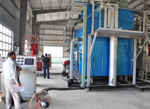 Nhà máy chế biến rác thải nilon thành dầu đầu tiên tại Việt Nam. Nhà máy được xây dựng tại bãi rác Khánh Sơn, phường Hòa Khánh Nam, quận Liên Chiểu, thành phố Đà Nẵng. Dự án nhà máy xử lý rác thải tại Đà Nẵng có vốn đầu tư giai đoạn một là 120 tỷ và giai đoạn hai là 400 tỷ đồng. Cụ thể giai đoạn một tập trung vào công nghệ tái chế rác thải rắn (nilon) thành dầu, giai đoạn hai tái chế rác thải hữu cơ, rác thải xây dựng thành gạch không nung, than sinh học.  Ngày 20/4 năm nay, giai đoạn một của dự án đã hoàn thành và cho ra sản phẩm dầu công nghiệp được tái chế hoàn toàn từ nilon. Hiện nay, trên địa bàn Đà Nẵng, mỗi ngày bãi rác Khánh Sơn tiếp nhận 650 tấn rác thải trong đó có 8% là túi nilon. (Ảnh: VTC)