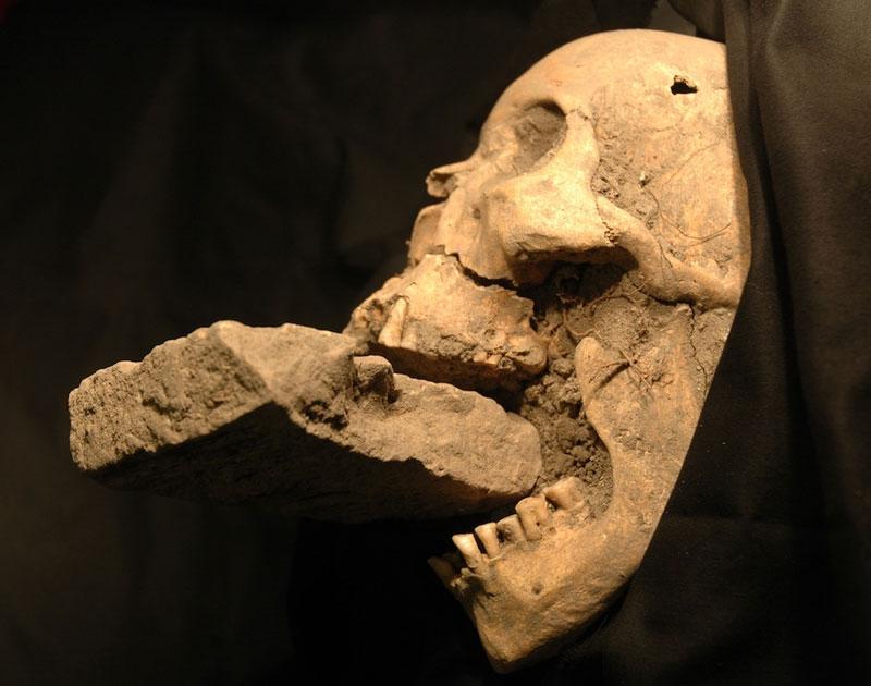 Đầu lâu hài cốt có gạch nhét vào miệng bị nghi là ma cà rồng