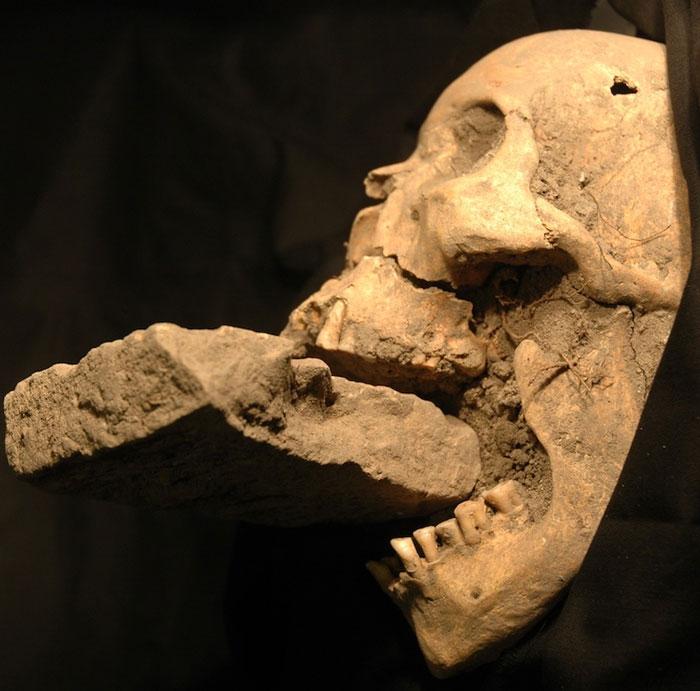 Miệng hài cốt thế kỷ 16 bị nhét gạch là ma cà rồng?