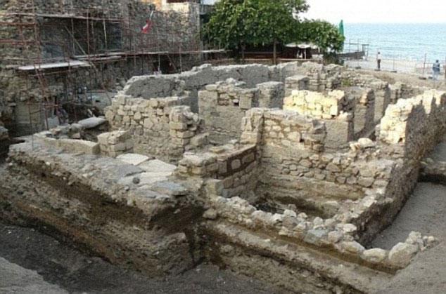 """Các nhà khảo cổ học ở Bulgaria đào bới được 2 bộ xương """"ma cà rồng"""" khoảng 800 năm tuổi gần một tu viện ở thị trấn Sozopol."""
